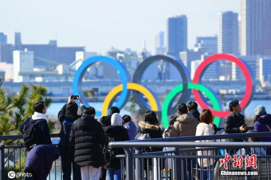 资料图:当地时间2月10日,日本东京,台场海滨公园展示奥运五环,迎接即将到来的东京奥运会。