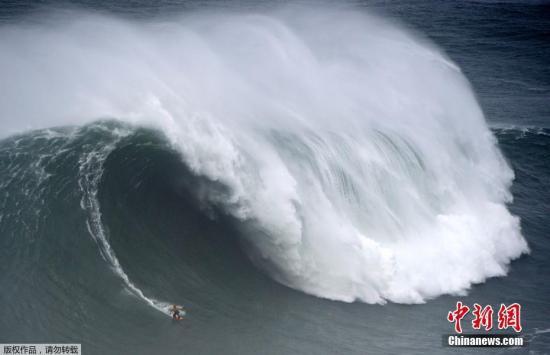当地时间2月11日,葡萄牙莱里亚区纳扎尔举行巨浪冲浪挑战赛,夏威夷的冲浪达人Kai Lenny在风急浪高的北滩冲浪,惊险刺激的挑战吸引众多游人围观。