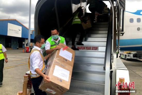 """资料图:2月12日,厦门航空把客机当""""货机""""用,从福州飞往印尼雅加达运输口罩、防护服、护目镜等防疫物资回国。这也是2月5日中国与印尼间停航以来的首次货运包机。图为厦航飞机在雅加达机场装货。<a target='_blank' href='http://www.chinanews.com/'>中新社</a>发 钟欣 摄"""