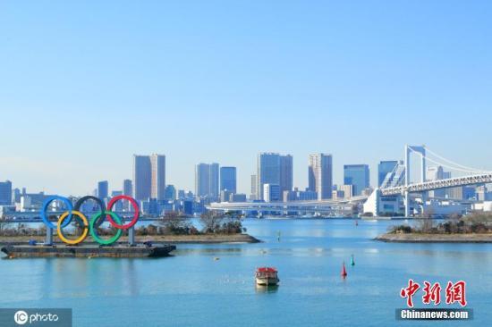 资料图:日本东京,台场海滨公园展示奥运五环,迎接即将到来的东京奥运会。