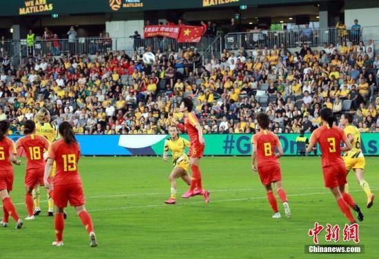 2月13日,东京奥运会女足亚洲区预选赛B组最后一战在澳大利亚悉尼举行,中国女足以1:1战平澳大利亚队,名列奥预赛小组第二。图为中国队张馨(红,6号)在比赛中争顶头球。 中新社记者 陶社兰 摄