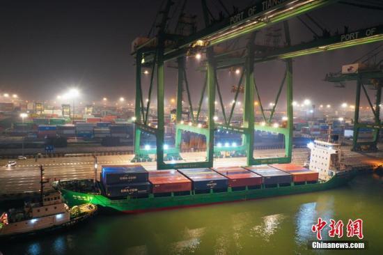 """2月13日凌晨,""""新隆运28""""轮装载着124个40英尺集装箱的疫情防控救援物资离开天津港太平洋国际集装箱码头,驶向曹妃甸综合保税区码头。这是天津港集团主导运营的环渤海内支线首次整船运送同一种外贸进口货物,也是首次开通海上""""快速通道""""运送疫情防控救援物资。图为停靠在码头的""""新隆运28""""轮。中新社发 王焱 摄"""