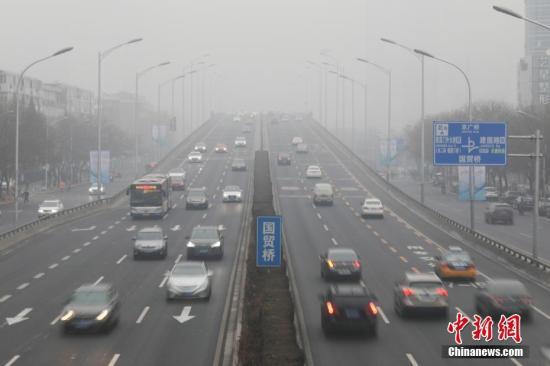 2月13日,北京东三环,车辆在雾霾中行驶。当天,北京市遇重度污染天气。 中新社记者 蒋启明 摄