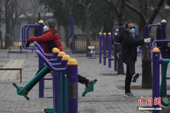 2月13日,北京天坛公园内,市民佩戴口罩健身。 <a target='_blank' href='http://www.chinanews.com/'><p  align=