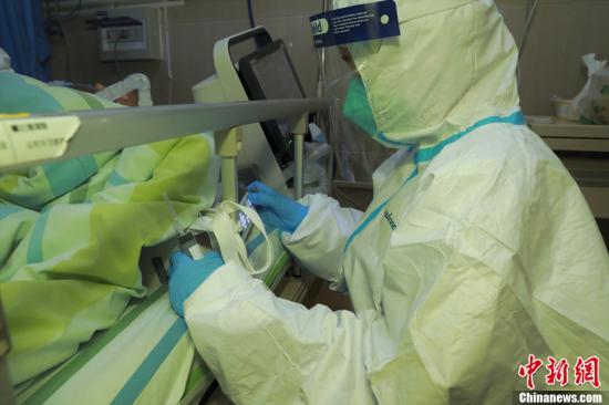 武汉大学中南医院的医生抢救新型冠状病毒感染的肺炎重症患者。中新社发 高翔 摄
