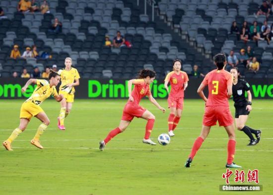 2月13日,东京奥运会女足亚洲区预选赛B组最后一战在澳大利亚悉尼举行,中国女足以1:1战平澳大利亚队,名列奥预赛小组第二。图为中国队姚凌薇(红,16号)在比赛中带球。 <a target='_blank' href=