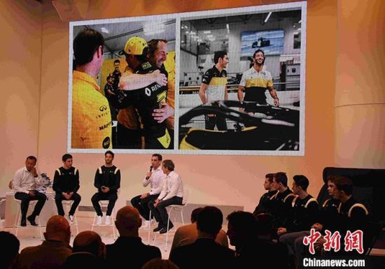 """当地时间2月12日,雷诺F1车队2020年赛季启动会在巴黎举行。车队F1车手里卡多和奥康、车队管理层、车队青训系统""""雷诺运动学院""""旗下的中国车手周冠宇等出席启动会。<a target='_blank' href='http://www.chinanews.com/'>中新社</a>记者 李洋 摄"""