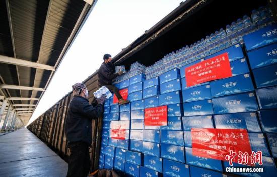 2月14日,拉萨西货站内工作人员将捐赠的物资装车。当日,西藏自治区向湖北省捐赠首批抗击疫情驰援物资。为支援湖北省打赢疫情防控阻击战,西藏为湖北黄石、十堰市共筹集了价值850万元人民币的生活物资,包括50吨牦牛肉和16.9万箱矿泉水,这批物资将通过铁路送达湖北。 中新社记者 何蓬磊 摄