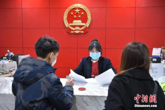 2020年2月14日,四川成都,一对新人正在高新区婚姻登记处办理结婚登记。(资料图)记者 刘忠俊 摄