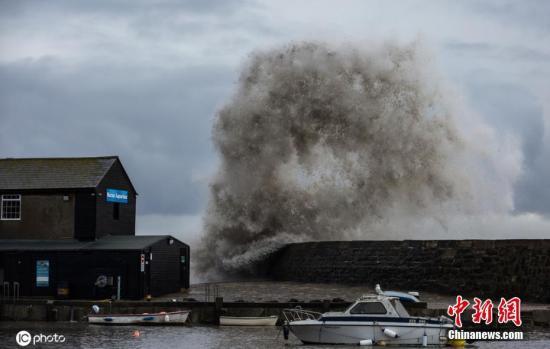 """当地时间2020年2月13日,英国多塞特,当地连续遭遇""""西拉西""""风暴和""""丹尼斯""""风暴袭击,巨浪滔天。"""