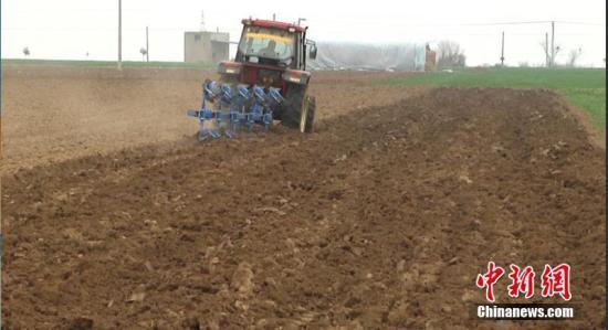 资料图:大型农机进行春耕备耕生产。 任伟 摄