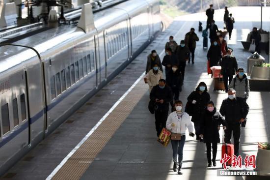 资料图:2020年2月18日,乘坐火车抵达南京火车站的乘客们有序出站。当日,为期四十天的2020年中国春运落幕。中新社记者 泱波 摄