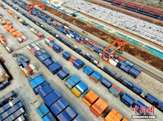 资料图:航拍复工后的河南省郑州国际陆港。中新社记者 王中举 摄