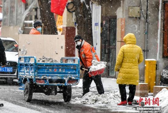 资料图:新疆维吾尔自治区受冷空气入侵影响,当地2月18日晚间出现降雪天气。中新社记者 刘新 摄