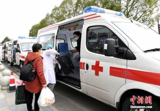 2月19日,武汉华中科技大学附属协和医院西院31名重症新冠肺炎患者治愈出院。图为医院救护车送出院患者回家。安源 摄