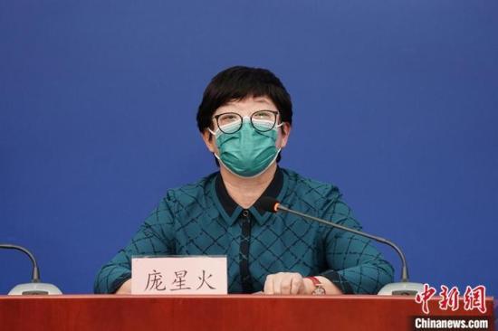 2月19日,北京市举行新型冠状病毒感染的肺炎疫情防控工作新闻发布会。图为北京市疾病预防控制中心副主任庞星火在发布会上介绍疫情防控情况。中新社记者 崔楠 摄