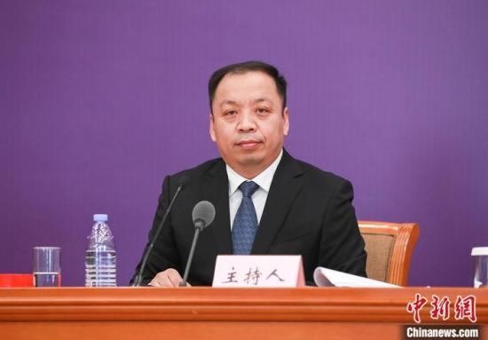 2月19日,中国国务院联防联控机制在北京举行新闻发布会,国家卫生健康委员会新闻发言人、宣传司副司长米锋表示,湖北省疫情得到较好控制,全国湖北以外地区新增确诊病例15连降。中新社记者 贾天勇 摄