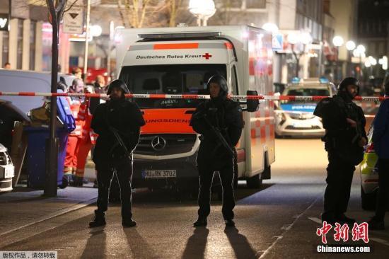 图为警察在枪击事件后封锁现场。