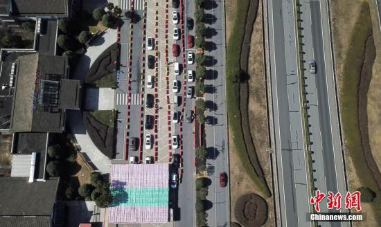 资料图:车辆在高速公路服务区排队等待检测。<a target='_blank' href='http://www.chinanews.com/'>中新社</a>记者 商泽阳 摄