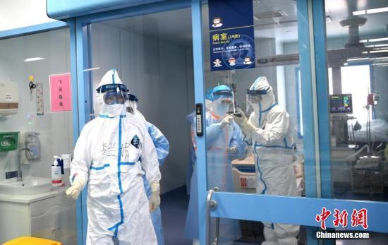 图为李兰娟院士(左一)走出病房。中新社记者 安源 摄