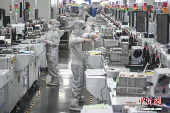 2月20日,位于广州南沙区的广东金晶科电子股份有限公司内,复工人员戴着口罩在生产车间有序工作。<a target='_blank' href='http://www.chinanews.com/'>中新社</a>记者 陈骥�F 摄