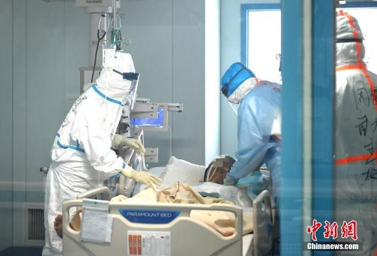图为李兰娟院士(左)在给患者做检查。中新社记者 安源 摄