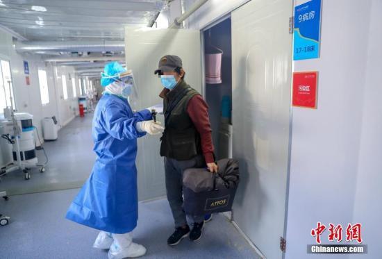 火神山医院感染二科一病区的隔离病房内一名治愈患者即将出院。中新社记者 张畅 摄