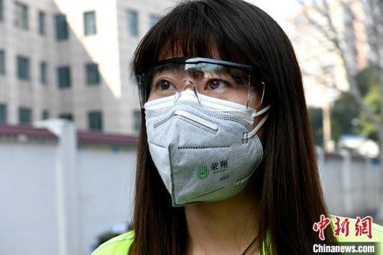 图为2月22日拍摄的志愿者杨倩。 中新社记者 安源 摄