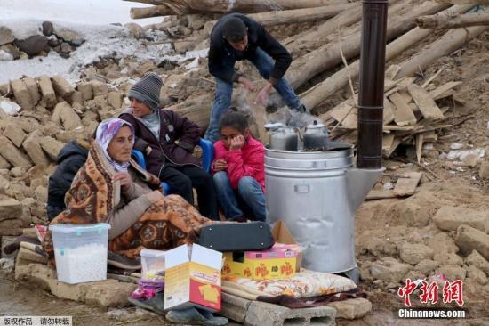 当地时间2月23日,土耳其伊朗边境附近地区发生5.7级地震。地震对土耳其凡省的几个村庄造成了损害。图为村民在震后进行自救。