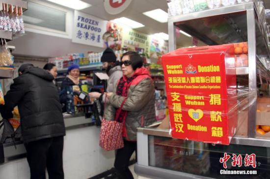 当地时间2月23日,顾客在加拿大多伦多唐人街一间华人超市购物时,从当地侨团为支援中国内地抗击疫情而在店内设置的捐款箱旁走过。超市负责人表示,新型冠状病毒疫情发生以来,华人商区生意受到明显冲击,随着商家、政府等多方努力、宣传,消减民众恐慌情绪,目前超市生意逐渐有所好转。<a target='_blank' href='http://www.585sunbet.com/'>中新社</a>记者 余瑞冬 摄