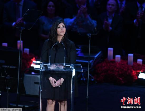 科比的妻子瓦妮莎上台致辞,追忆丈夫和女儿。