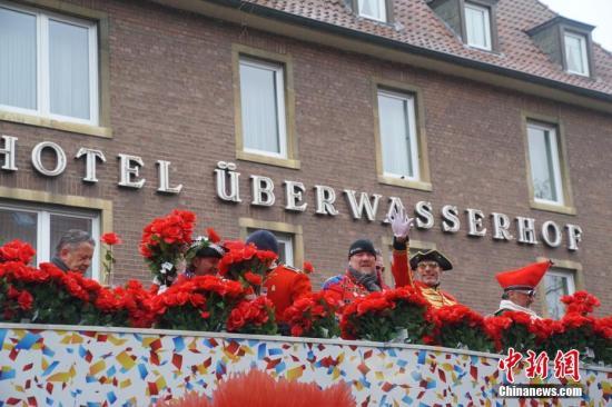 """当地时间2月24日,德国北威州等地迎来狂欢节的高潮""""玫瑰星期一"""",在北威州明斯特市,84台花车、24个方阵、8个乐团组成的游行长龙让整个明斯特市区成了欢乐的海洋。中新社记者 彭大伟 摄"""