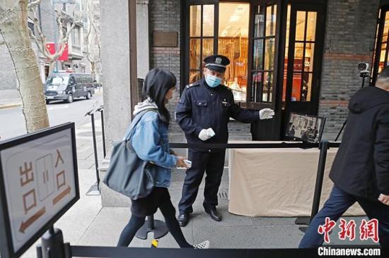 2月26日,上海新天地,民众接受体温检测。上海市政府新闻办主任、市政府新闻发言人徐威当日表示,上海将进一步加强入境管理、严格管控措施,严防疫情输入。在当日举行的新闻发布会上,徐威表示,上海高度重视所有入境人员的健康管理,已关注到近期一些国家出现大量新增确诊病例和疑似病例。上海对所有入境人员的管理坚持一视同仁。 中新社记者 殷立勤 摄