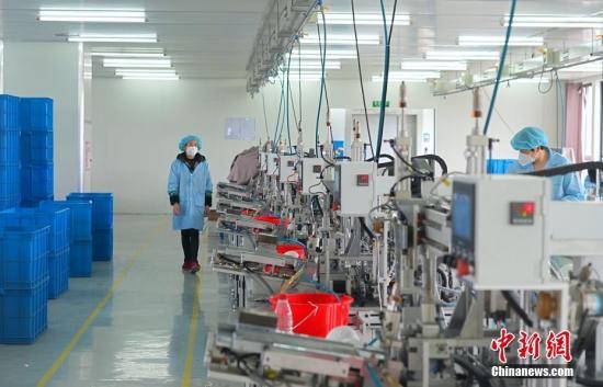 2月27日,台资企业员工在口罩生产车间作业。近日,浙江杭州台企在做好疫情防控的基础上,逐步复工复产。中新社记者 蔡自鑫 摄