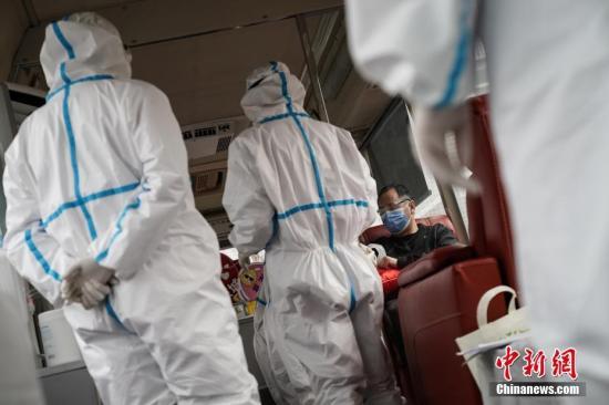 原料图:2月27日,两名已治愈的新冠肺热康复患者来到北京佑安医院,现场捐献血浆,为救治病情挺进较快、重型和危重型新冠肺热患者挑供协助。图为捐献者金老师在献血车内采样。中新社记者 崔楠 摄