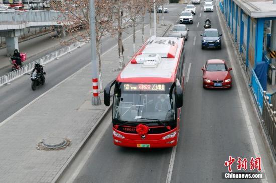 资料图:北京公交车。中新社记者 韩海丹 摄