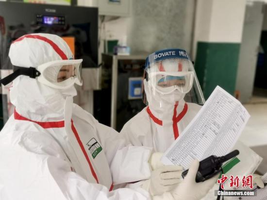 醫護人員在梳理治愈出院患者資料。 安源 攝
