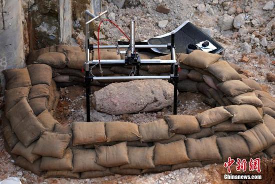 2月29日,香港灣仔厚德里錫克廟重建地盤發現懷疑戰時炸彈,炸彈長超過一米,重約一千磅。警方接報后到場調查。大批警員在現場抬沙包放置在炸彈周圍,為拆彈做準備。附近部分道路封閉,旁邊的英皇駿景酒店暫停營業,酒店人員被疏散。 <a target='_blank' href='http://www.bbcgj.com/'>中新社</a>記者 張煒 攝