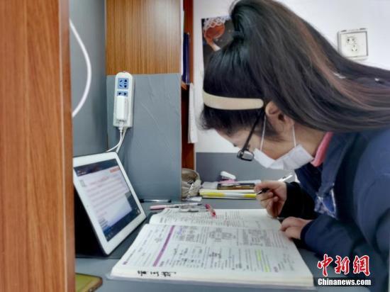 治愈出院患者在隔離點上網課。 安源 攝