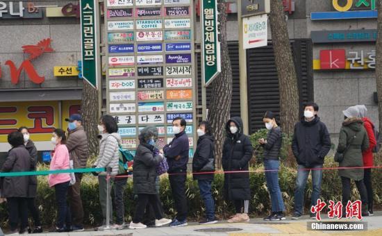 當地時間3月1日,在首爾鐘路區一家超市外,民眾排起長隊等待購買口罩。<a target='_blank' href='http://www.ysteoy.tw/'>中新社</a>記者 曾鼐 攝