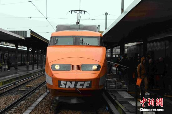 """當地時間2月29日,法國第一列高鐵列車""""帕特里克號""""在服務40余年后光榮退役,在巴黎里昂火車站向民眾告別。<a target='_blank' href='http://www.hdbondagesex.com/'>中新社</a>記者 李洋 攝"""