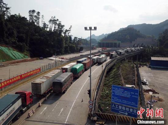 图为2月26日,航拍友谊关前等待通关的货运车辆。中新社记者 蒋雪林 摄