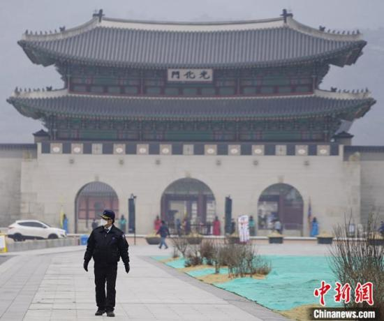 截至3月1日16时,韩国新冠肺炎累计确诊病例达到3736个,首尔光化门集会暂停。图为民众戴口罩走过光化门广场。<a target='_blank' href='http://mvpi.cn/'>中新社</a>记者 曾鼐 摄