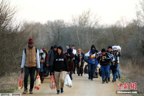 """3月1日,难民们正在前往土耳其与希腊边境。 土耳其政府2月27日宣布,不再阻止难民进入欧洲。大批难民和移民闻讯后连夜从土耳其向希腊边境方向涌去,经由土耳其进入希腊的""""东地中海线路""""是难民进入欧洲的主要通道。"""