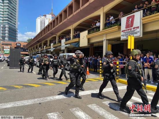 当地时间3月2日,菲律宾马尼拉一队特警队员在圣胡安市Greenhills地区的一家购物中心。据外媒报道,菲律宾媒体援引警方消息称,当地时间2日,菲律宾马尼拉一家商场约30人被劫持为人质,劫持者是一名保安。图为一队特警抵达购物中心