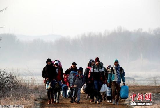 """3月1日,在土耳其埃迪尔内省,移民们正在步行前往土耳其与希腊边境。 土耳其政府2月27日宣布,不再阻止难民进入欧洲。大批难民和移民闻讯后连夜从土耳其向希腊边境方向涌去,经由土耳其进入希腊的""""东地中海线路""""是难民进入欧洲的主要通道。"""