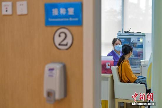 资料图:一位女士在注射HPV疫苗。中新社记者 骆云飞 摄