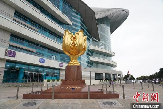 """3月3日,往年游客人头攒动的香港金紫金广场空无一人,为游客拍照的摄影档已经全部撤离。受新冠肺炎疫情影响,从2月8日开始,香港特区政府对所有从内地入境香港的人士均须强制接受检疫14天,目前香港各个景区景点人迹罕至。旅游业界人士形容香港旅游业因疫情陷入""""冰封""""状态。 中新社记者 张炜 摄"""