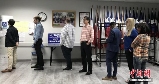 """内地时间3月3日,美国总统选举预选迎来重要节点""""超等礼拜二"""",美国休斯敦公众介入选举。图为休斯敦公众列队投票。/p阳光在线官网记者 曾静宁 摄"""