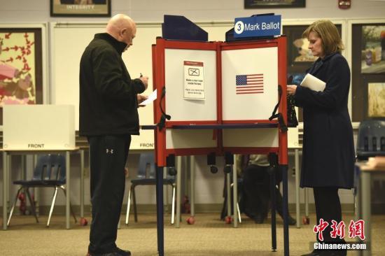 """当地时间3月3日,美国总统初选迎来""""超级星期二""""。在民主党方面,当天全美14个州、海外领土美属萨摩亚以及海外民主党人群体集体举行初选投票。图为当天在弗吉尼亚州阿灵顿的一处投票点。lt;a target='_blank' href='http://www.chinanews.com/'gt;郑州资讯lt;/agt;记者 陈孟统 摄"""